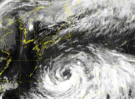 북상 중인 태풍 '크로사'가 광복절인 15일께 일본에 상륙할 것으로 보인다.   12일 기상청에 따르면 '크로사'는 이날 오후 8시 현재 일본 오키나와 동쪽 해상에서 시속 8㎞로 북북서쪽으로 이동하고 있다. [자료 국가기상위성센터]