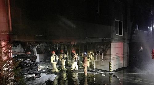 12일 오후 9시 55분께 경기도 고양시 덕양구 토당동의 5층짜리 필로티 구조 빌라에서 불이 나 입주민 14명이 중경상을 입었다. [사진 고양소방서]
