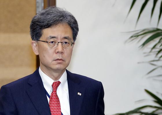 김현종 청와대 국가안보실 2차장이 12일 오후 청와대에서 열린 수석·보좌관회의에 입장하고 있다. [연합뉴스]