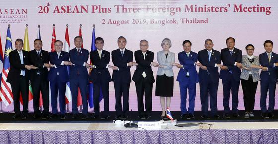 강경화 외교부 장관(오른쪽 여섯번째)이 2일(현지시간) 태국 방콕 센타라 그랜드 호텔에서 열린 아세안+3 외교장관회의에서 기념촬영을 하고 있다. 발라크리슈난 싱가포르 외교장관은 왼쪽에서 네번째. [뉴스1]