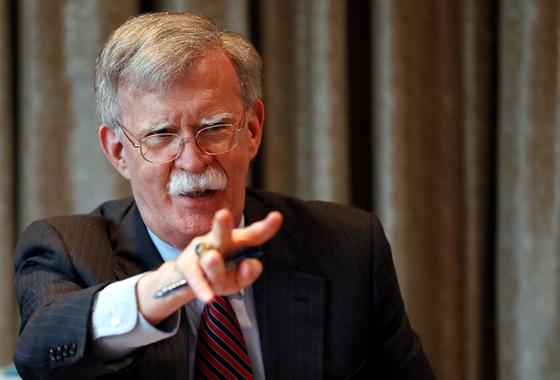 영국을 방문한 존 볼턴 미 백악관 국가안보회의 보좌관이 12일(현지시간) 기자들과 만나 대화하고 있다. [로이터=연합뉴스]