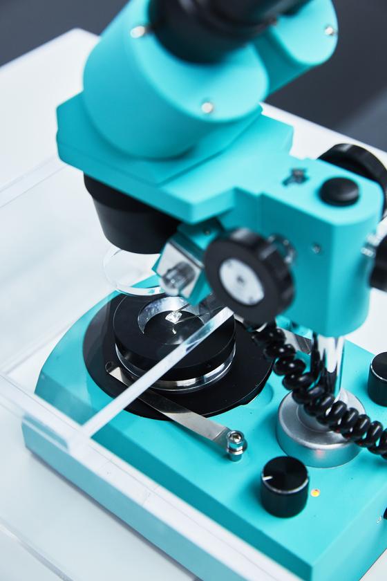티파니 DDP 전시장. 좋은 다이아몬드를 구할 때 반드시 필요한 4C(색상, 투명도, 무게, 커팅)의 등급에 따라 빛 투과율, 컬러 등이 어떻게 차이가 나는지 현미경을 통해 확인할 수 있다. [사진 티파니]