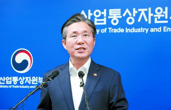 성윤모 산업 부 장관이 12일 세종청사에서 전략물자 수출입고시 개정안을 발표하고 있다. [뉴시스]