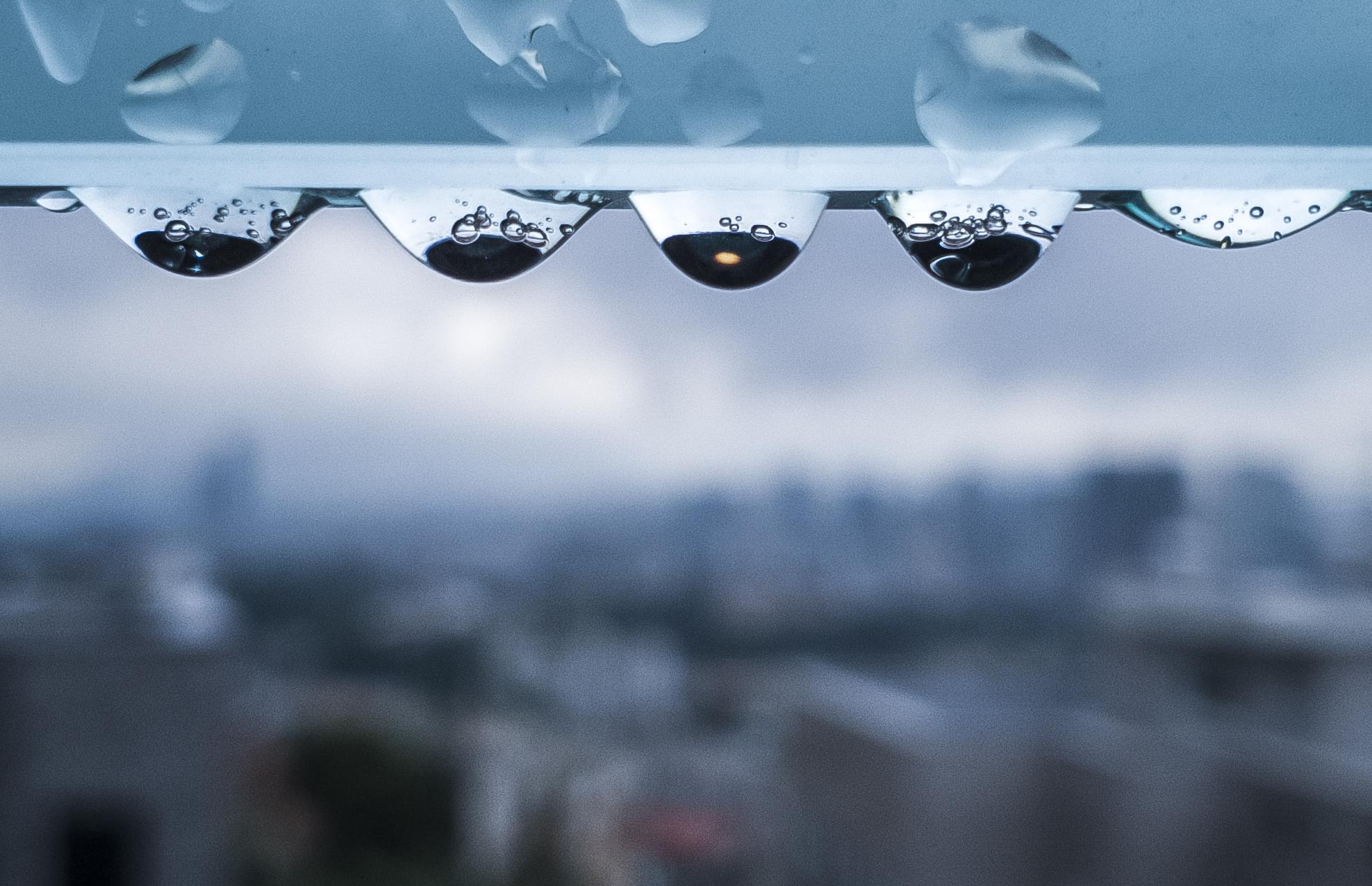 유리 가림막에 맺힌 빗방울 /20190812