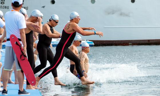광주세계마스터즈수영대회 오픈워터수영 55~85세 그룹 경기가 지난 9일 전남 여수엑스포해양공원에서 열린 가운데 참가 선수들이 출발하고 있다. [뉴시스]