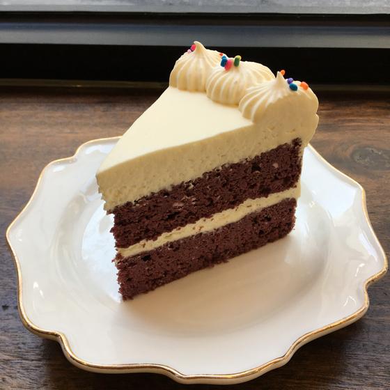 고칼로리의 대명사인 '레드벨벳' 케이크의 비건 버전. 글루텐 프리에 저탄수화물 레시피를 적용했다. [사진 써니브레드]