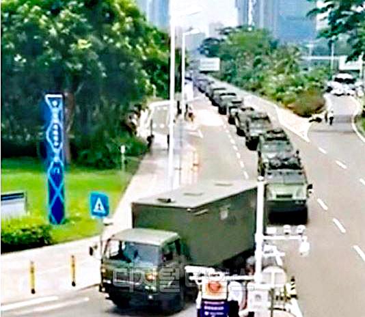 지난 10일 중국 선전에서 무장 경찰의 장갑차와 물대포가 대규모로 집결하는 모습이 포착됐다. /[사진 웨이보 갭처]
