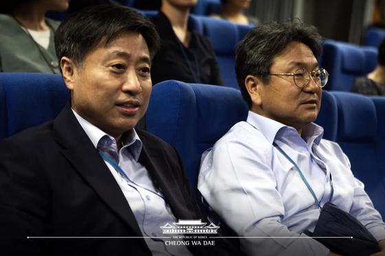윤도한 국민소통수석(왼쪽)과 강기정 정무수석이 14일 일본군 위안부의 과거를 숨기고 싶어 하는 일본 우익의 실체를 다룬 영화 '주전장'을 관람하고 있다. [사진 청와대 페이스북]