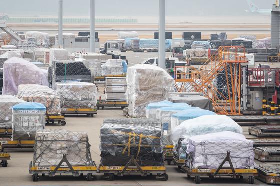 인천국제공항 아시아나항공 화물터미널에 수출 화물들이 선적을 기다리고 있다. [뉴스1]