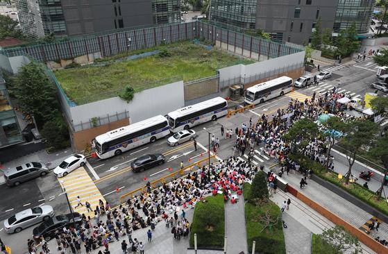 지난달 24일 서울 종로구 옛 일본대사관 앞이 일본군 '위안부' 문제해결을 위한 제 1397차 수요집회 참석자들로 가득 차 있다. 오늘 예정된 1400차 수요집회는 해외 9개국 21개 도시가 참여한다.[연합뉴스]