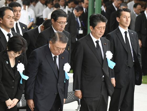 아베 신조 일본 총리(오른쪽 두번째)가 6일 오전 히로시마 평화기념공원에서 열린 원폭 희생자 위령식에서 묵념하고 있다.[연합뉴스]