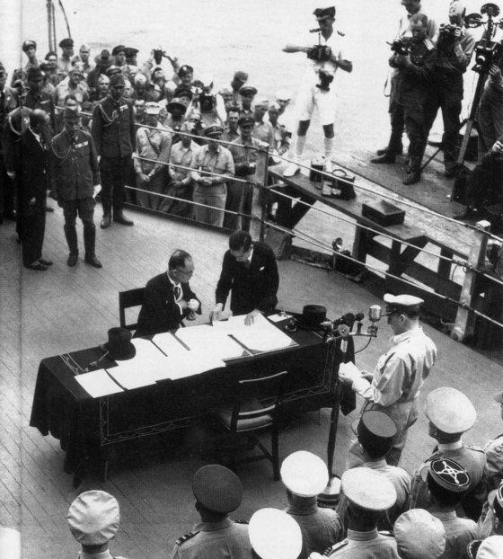 1945년 9월 2일 도쿄 만에 정박한 미 해군의 미주리 함상에서 태평양전쟁 일본 항복문서 조인식이 열리고 있다. [중앙포토]