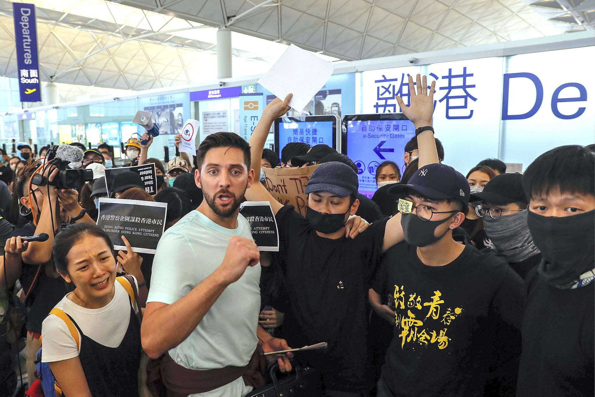 한 여행객이 출국 게이트가 시위대에 의해 막히자 거세게 항의하고 있다.[AP=연합뉴스]