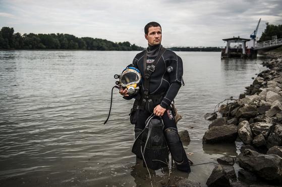 """NGO소속 페토피 구조팀의 다이버 밀란 귈란스키가 지난 7월 12일 """"그때가 인생에서 가장 힘든 다이빙이었다""""고 회상했다. 구조 작업 넷째날 투입된 그는 생사를 가르는 위험한 다이빙에서 살아왔다. [EPA=연합뉴스]"""
