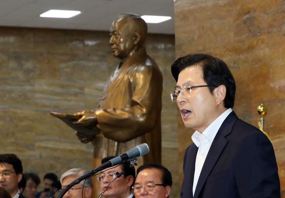 황교안 자유한국당 대표가 14일 오후 국회 로텐더홀에서 대국민 담화를 발표하고 있다. 김경록 기자