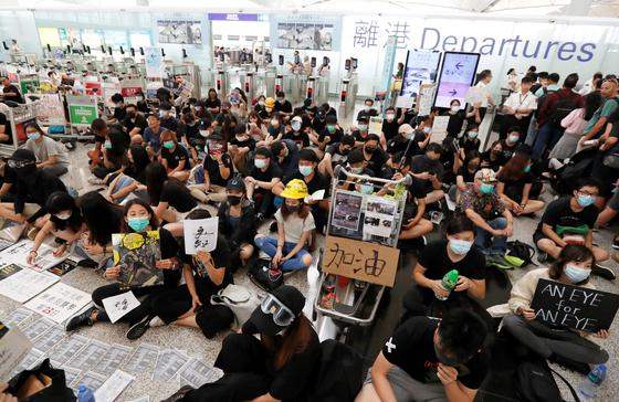 검은 옷을 입은 홍콩의 반정부 시위대가 13일 홍콩 국제공항에 모여 이틀 연속 시위를 이어가고 있다. [로이터=연합뉴스]
