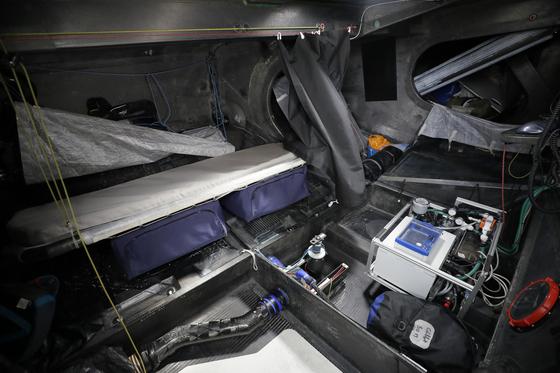 요트 내부에 설치된 간이 침대와 장비 [AP=연합뉴스]