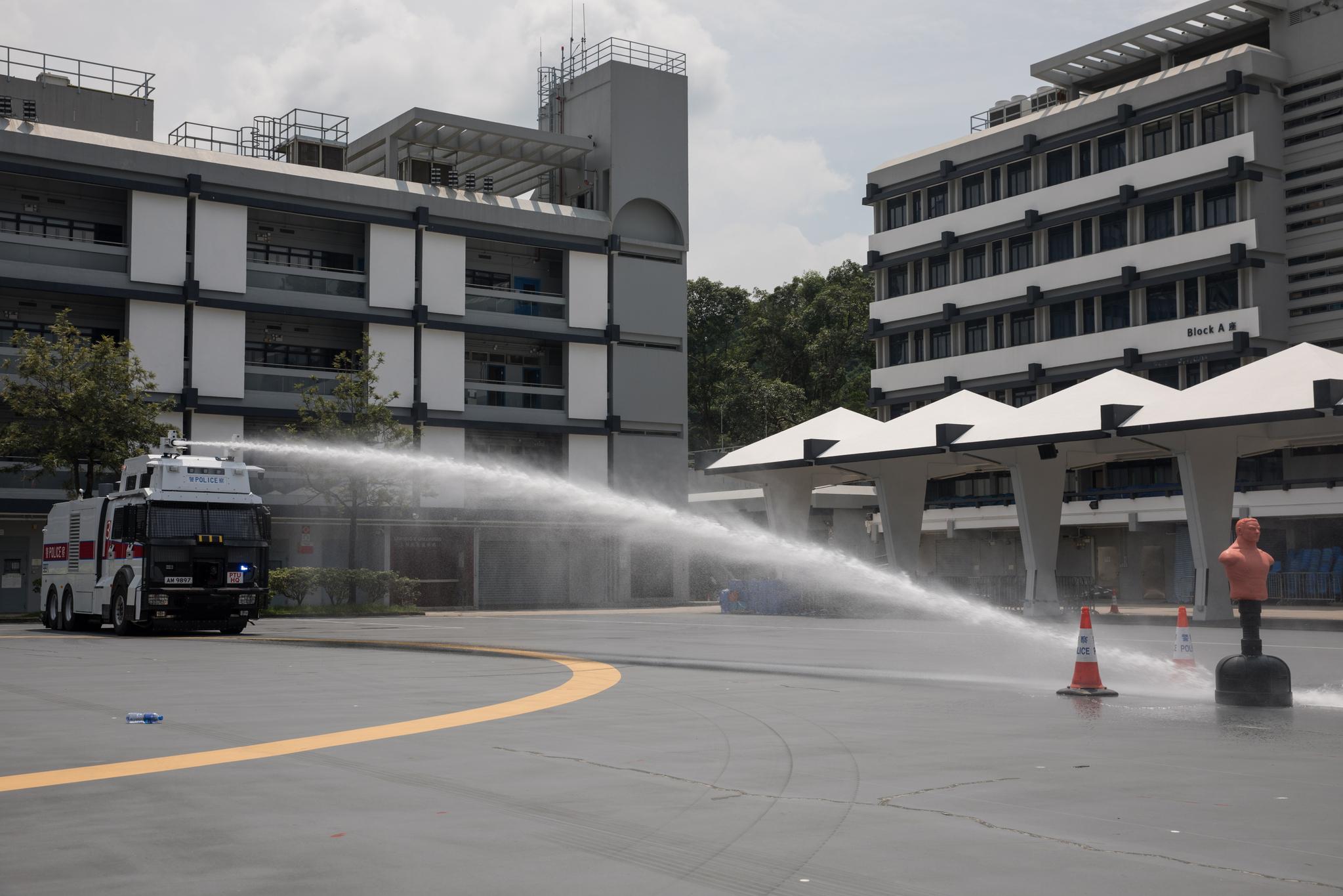 지난 12일 홍콩 판링의 경찰 전술 부대에서 사람모양의 인형을 세우고 물대포차를 시험하고 있다. [EPA=연합뉴스]