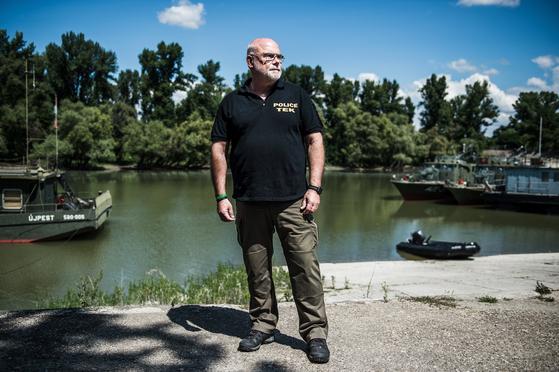 """지난 7월 10일 헝가리 해군 항구에 테러 방지 센터 (TEK)의 사회관계 부서책임자난도르 자센스키. 그는 미디어 담당자로서 수 많은 언론들의 요구와 이해관계를 조율했다. 그는 """"국내 및 국제 언론의 태도 덕분에 수 많은 카메라가 있었음에도 불구하고 허블레아니 인양작업 도중 방해 또는 그래픽 프레임이 나타나지 않았다""""고 미디어를 추켜 세웠다. [EPA=연합뉴스]"""