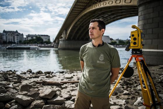 헝가리 국방부 즈리니 Ltd의 측량 기술자 피터 사이먼이 7월 23일 마가렛 다리에서 포즈를 취했다. 동료들과 함께 정확한 측량을 통해 인양 작업을 도왔다. [EPA=연합뉴스]