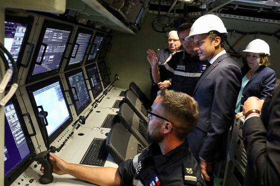에마뉘엘 마크롱 프랑스 대통령이 신형 핵잠수함에 탑승해 설명을 듣고 있다. [AP=연합뉴스]