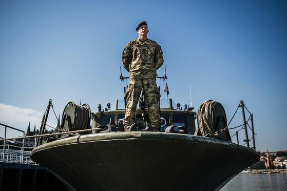 헝가리 1함대 소속 노베르트 코흐 중위가 지난 7월 3일 포즈를 취했다. 노베르트 코흐 중위는 다른 부대와 협력하여 수색 및 구조 작전을 지원했으며 사고 다음날 새벽에 동료들과 함께 다이빙 기지를 만들었다. [EPA=연합뉴스]