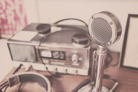 출퇴근길 라디오 방송을 들으며 사연을 보내는 건 나만의 글쓰기 공부 방법이다. 친구에게 못할 이야기나 창피하고 비밀스러운 이야기도 짧은 문자에 담아 보내고 내 마음에서 지워버린다. [사진 pixabay]