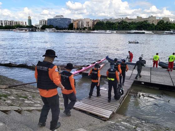 헝가리 부다패스트 유람선 사고 당시 파견된 국제구조대원들이 수색활동을 펼치는 모습. [사진 소방청]