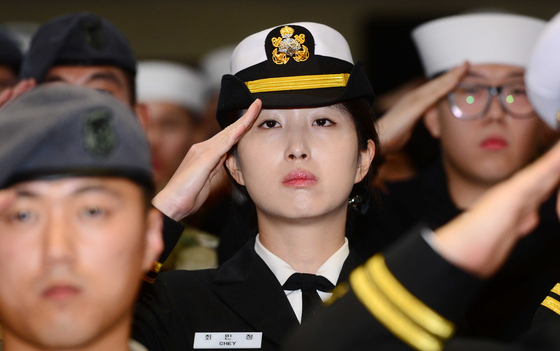 2015년 청해부대 '충무공이순신함' 입항 환영식에서 경례를 하는 최민정 씨. [중앙포토]