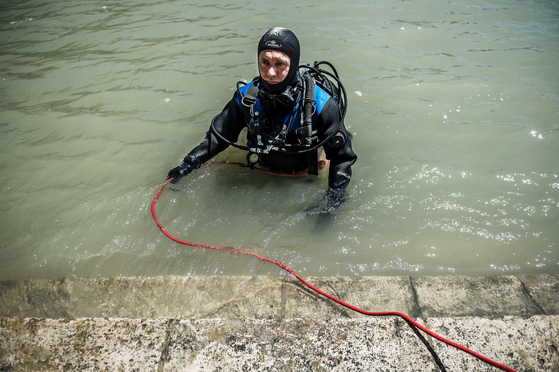 지난 6월 26일 헝가리 부다페스트의 마가렛 섬 다뉴브에서 소방관 최고책임자 졸탄 스조콜로치. 그는 순식간에 인명 사고로 이이질 수 있는 수색작업에서 임무를 완수했다. [EPA=연합뉴스]