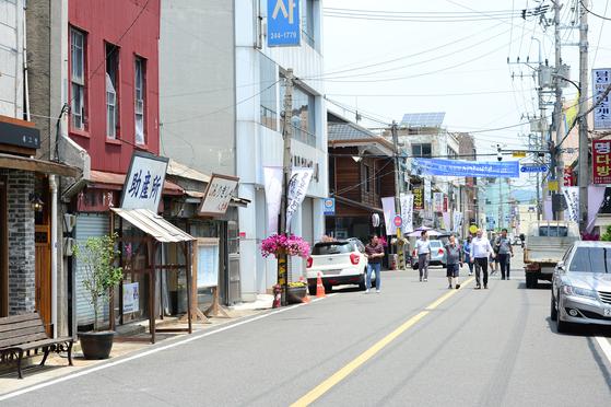 지난 6월 23일 오전 시민들이 손혜원 무소속 의원이 14억여원 상당의 부동산을 매입했다는 전남 목포시 근대역사 문화공간을 둘러보고 있다. [뉴스1]