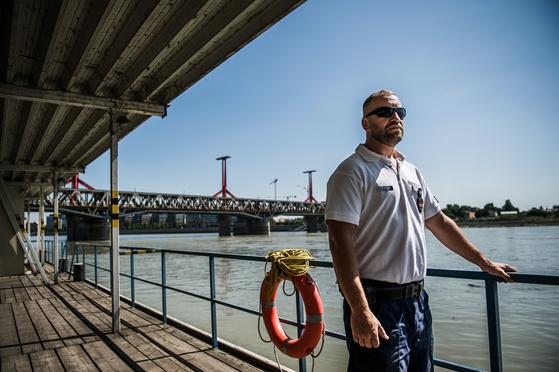 지난 6월 28일 헝가리 부다페스트에서 수상경찰서장 사바 베르키가 다뉴브 강을 바라고 았다. 그는 매일 밤 수많은 사고를 봐왔지만 이같은 참혹한 현장은 처음 목격했다. 버키는 다섯 살짜리 여자 아이 시신을 구조했다. [EPA=연합뉴스]