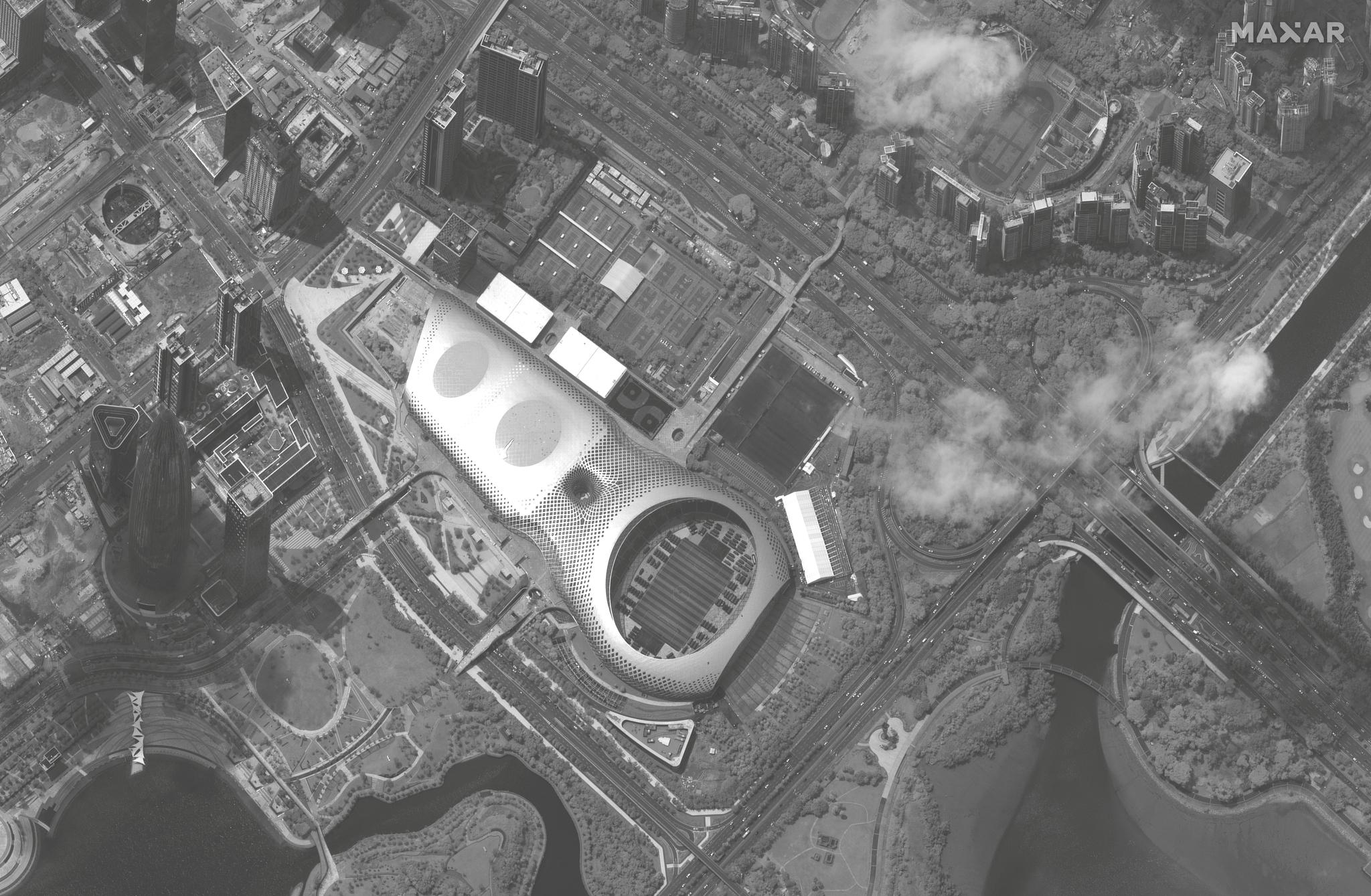 12일 (현지시간) 중국 선전의 대형 스타디움인 선전만 스포츠센터에 집결해 있는 수백 대의 군용트럭.[로이터=연합뉴스]