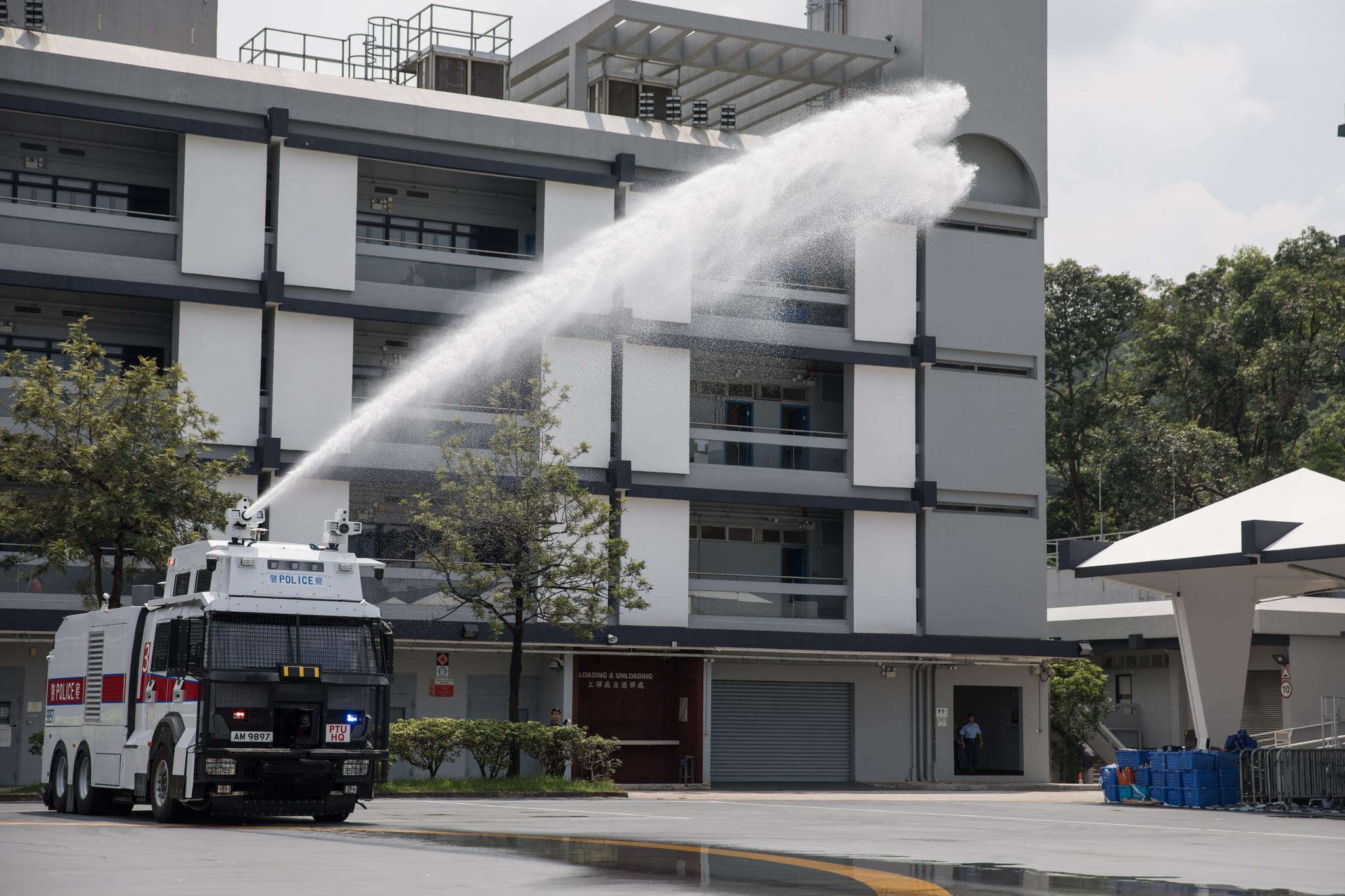홍콩 경찰이 지난 12일 물대포차를 시험하고 있다. 메인 대포는 50m까지 물을 쏠 수 있다. 홍콩 경찰은 물대포차에 염료를 섞어 시위대 체포에 이용하는 것을 검토 중이다. [EPA=연합뉴스]