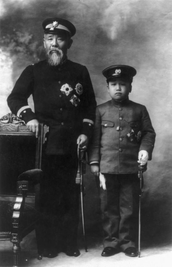 일본의 초대 조선통감 이토 히로부미(왼쪽)가 대한제국의 마지막 황태자인 영친왕 이은과 함께 1905년 찍은 사진. 이토는 아베 지역구인 야마구치현이 있는 조슈번 출신이다.[위키피디아]