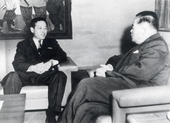 1962년 한일협정 당시 김종필 중앙정보 부장과 오히라 일본외상의 회담 모습. [연합뉴스]