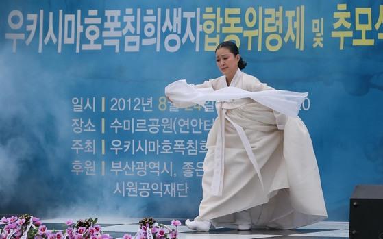 2012년 8월 24일 우키시마호 폭침희생자 위령제및 추모식이 부산 수미르공원에서 열려 전통무용연구가 양태선시의 위령무가 진행되고 있다. [중앙포토]