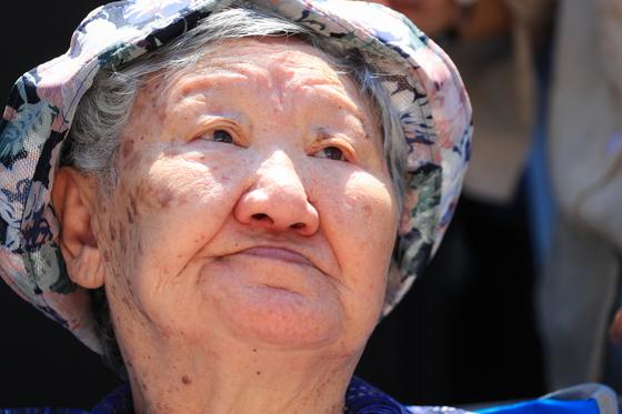 14일로 1400회를 맞은 '일본군 성노예제 문제 해결을 위한 수요시위'가 서울 종로구 일본대사관 인근 소녀상 옆에서 약 2천여명의 시민이 참석한 가운데 열리고 있다. 사진은 집회 참석한 길원옥 할머니. 장진영 기자