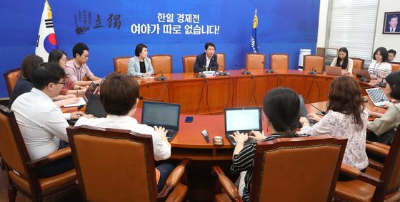 더불어민주당 이인영 원내대표(가운데)가 14일 오전 국회에서 취임 100일 기자간담회를 하고 있다. [연합뉴스]