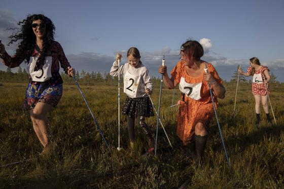 12일(현지시간) 핀란드 늪 스키대회에 참가한 푸다샤르비 마을 주민들. [신화=연합뉴스]