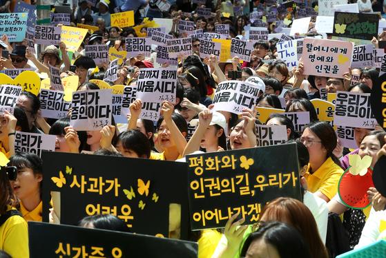 세계 일본군 위안부 기림일이자 74주년 광복절을 하루 앞둔 14일 오후 서울 종로구 옛주한일본대사관 앞에서 열린 1400차 일본군 성노예제 문제해결을 위한 정기 수요집회 참가자들이 구호를 외치고 있다. 장진영 기자