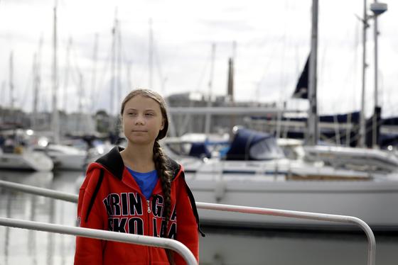 그레타 툰베리가 영국 플리머스에서 대서양 횡단에서 탈 요트를 살펴보고 있다. [AP=연합뉴스]
