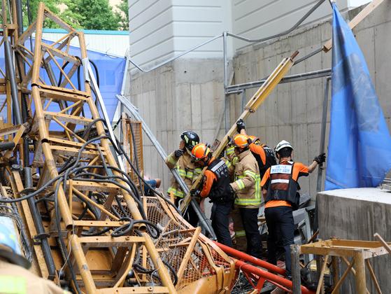 14일 오전 강원 속초시 조양동의 한 아파트 건축 현장에서 공사용 엘리베이터가 15층 높이에서 추락해 소방대원들이 구조 활동을 벌이고 있다. [연합뉴스]