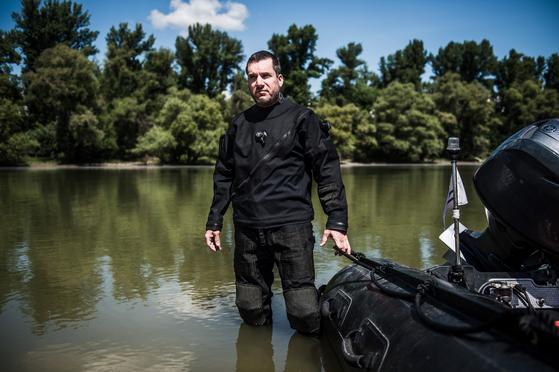지난 7월 10일 헝가리 테러센터 (TEK)의 다이버 경찰 안드레스 돔얀이 포즈를 취했다. 지난 5월 31일 구조대에 합류해 시신 수색작업을 했다. 그는 인양 작업이 완료될때 까지 현장을 지켰다. 그는 수색 작업 중 위험한 고비를 넘겼다. 수중에 갇혀 있었고 다른 다이버 중 누구도 그를 도울 수 없는 위험한 상황에서 그의 유일한 생명선인 고정 로프를 자르고 무사히 수면 위로 오를 수 있었다. [EPA=연합뉴스]
