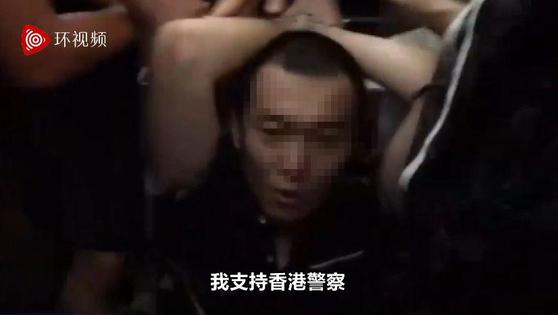 중국 환구시보 기자 푸궈하오가 13일 밤 홍콩 공항 취재 도중 시위대에 붙들려 얻어맞았다. 푸궈하오가 피를 흘리며 병원으로 이송되는 동영상이 중국에 퍼지며 중국인의 분노를 자아내고 있다. [중국 환구망]