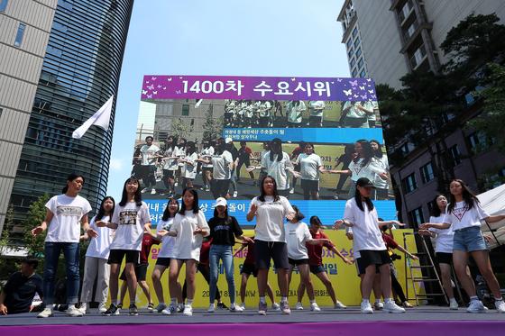 집회에서 참가자들의 공연이 진행되고 있다. 장진영 기자