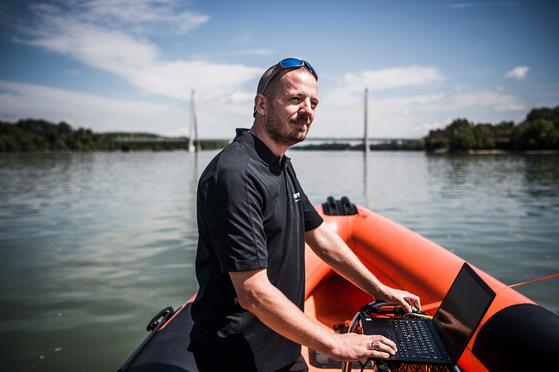 노빗 헝가리사의 영업 관리자 야노스 바지딕이 7월 22일, 부다페스트 북부의 메게리 다리 근처에서 포즈를 취했다. 야노스 바지딕은 수중 음파 탐지기를 이용해 허블레아니의 정확한 위치를 탐색하는 역할을 해냈다. 보다 정밀한 위치 추적을 위해 멀티 빔 소나를 확보해야 했으나 장비는 노르웨이 본사에만 있었다. 휴일인데도 불구하고 유기적인 공수작전 덕에 당일 저녁에 소나를 투입해 인양 계획이 차질없이 진행될 수 있다.  [EPA=연합뉴스]