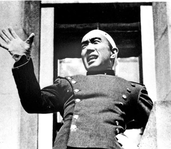 미시마 유키오 가 1970년 할복자살하기 전 자위대 총감부 청사 에서 일본 자위대원들에게 재무장을 촉구하는 연설을 하고 있다. [중앙포토]