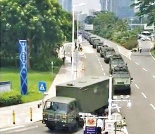 지난 10일 중국 선전에서 무장 경찰의 장갑차가 대규모로 집결하는 모습이 포착됐다. [웨이보 갭처]