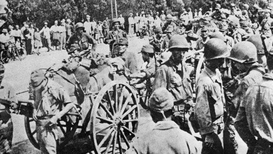 연합군이 진수하면서 무장해제된 일본패잔병들이 달구지에서 명령을 기다리고 있다. [중앙포토]